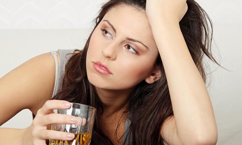 Phụ nữ uống nhiều rượu tăng nguy cơ ung thư vú