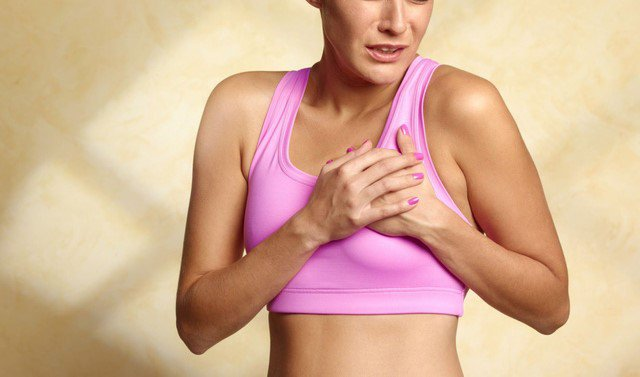Đau tức vùng ngực cũng là biểu hiện của ung thư vú