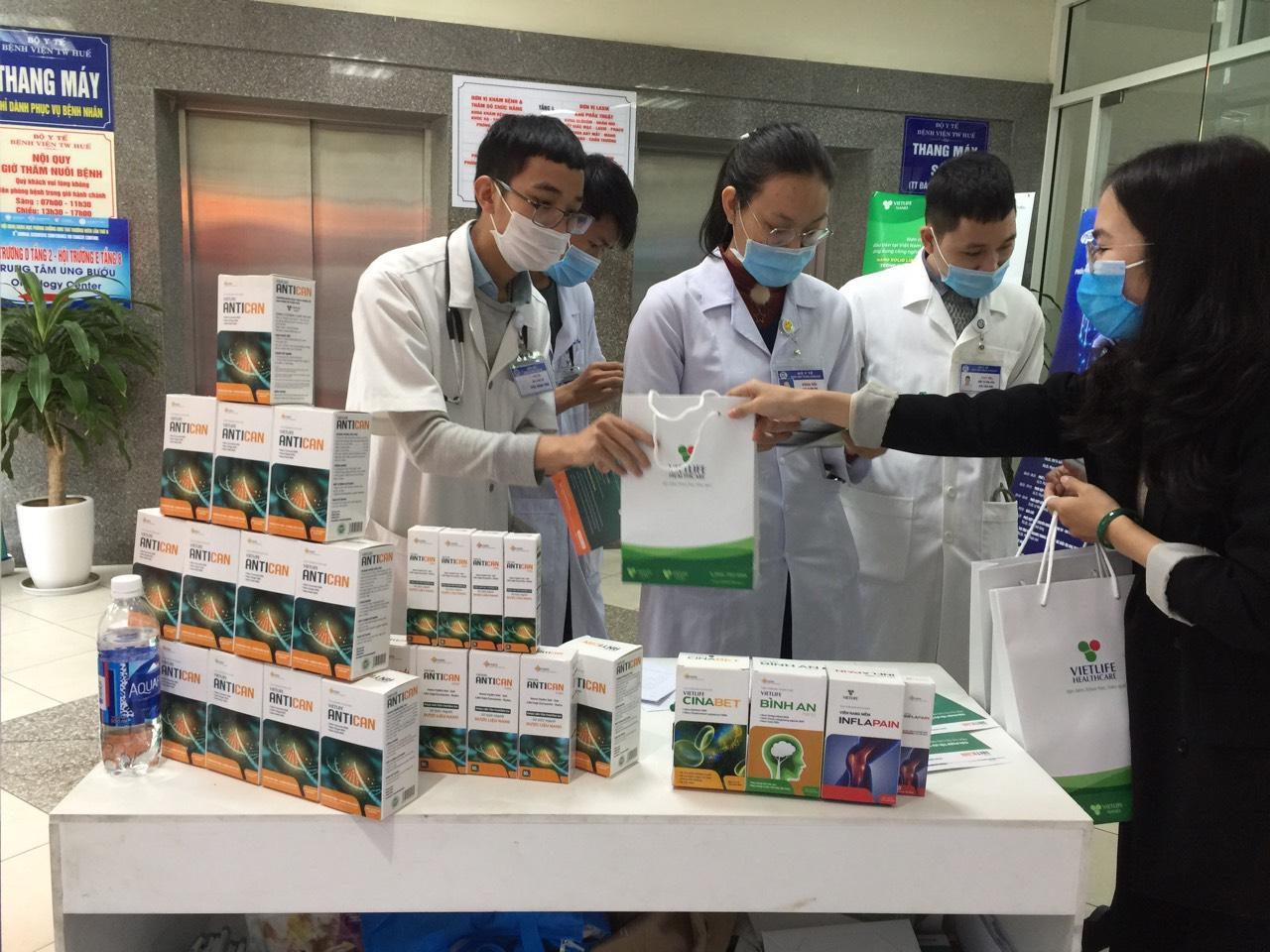 Các sĩ bệnh viện TW Huế tìm hiểu sản phẩm Antican.